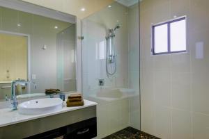 A bathroom at Western Downs Motor Inn