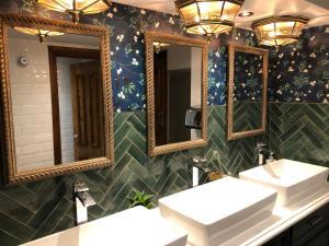 A bathroom at The Greyhound Inn