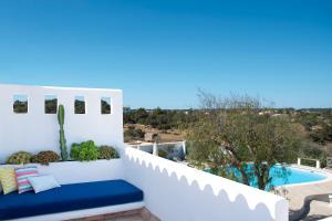 Ein Blick auf den Pool von der Unterkunft La Masía de Formentera oder aus der Nähe