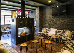 Una televisión o centro de entretenimiento en Hotel Vall d´Aneu
