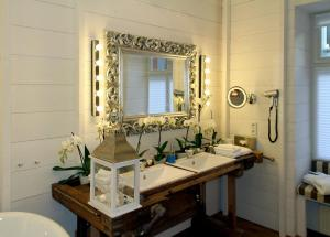 A bathroom at ackselhaus & blue Home