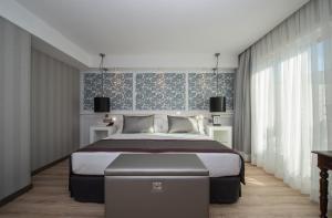 Catalonia Plaza Catalunya tesisinde bir odada yatak veya yataklar