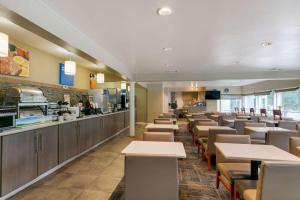 A restaurant or other place to eat at Comfort Inn Downtown Nashville/Vanderbilt