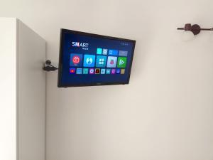 Un televizor și/sau centru de divertisment la Mini-apartment Donna Rosa D'Alvadorez