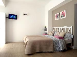 Un pat sau paturi într-o cameră la Mini-apartment Donna Rosa D'Alvadorez