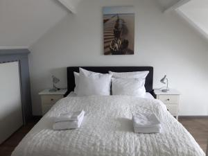 A bed or beds in a room at Sleep Well Ness Domburg