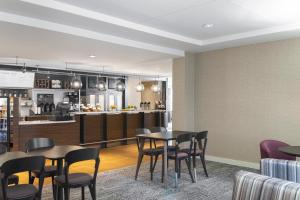 A restaurant or other place to eat at Courtyard by Marriott Charlottesville - University Medical Center