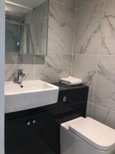 A bathroom at Old School House