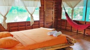 Cama o camas de una habitación en Amazon Oasis Floating Lodge