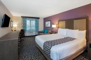 A bed or beds in a room at La Quinta Inn & Suites by Wyndham Las Vegas Nellis
