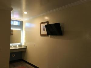 A television and/or entertainment centre at Lincoln Park Motel