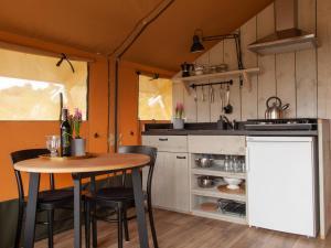 Una cocina o zona de cocina en Can Elisa Safari Tent