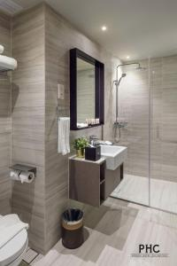 A bathroom at Hutton Suites Hotel by PHC