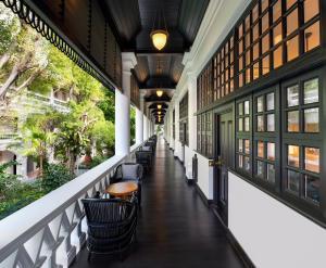 A balcony or terrace at Raffles Singapore