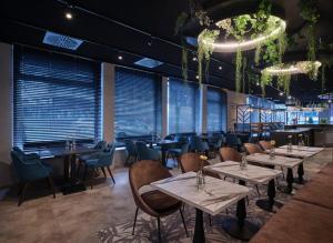 Un restaurante o sitio para comer en Best Western Plus Hotel Regence