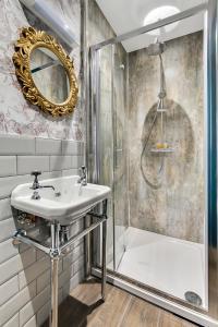 A bathroom at Jazz House