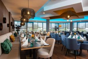 A restaurant or other place to eat at Leonardo Royal Hotel Frankfurt
