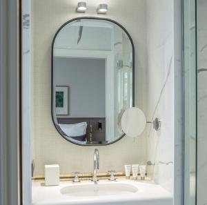 A bathroom at Hôtel de La Tamise - Esprit de France
