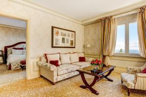 A seating area at Hotel Metropole Monte-Carlo