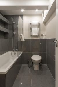 Een badkamer bij Chelsea Cloisters