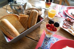 Breakfast options available to guests at B&B Posthoorn