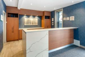 The lobby or reception area at Quality Inn Centre-Ville