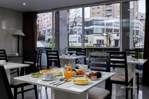 Um restaurante ou outro lugar para comer em Urban Hotel Estacao