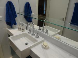 A bathroom at AP JUNTO AO SHOPPING BARRA SUL