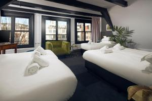 A bed or beds in a room at Mr. Monkey Amsterdam