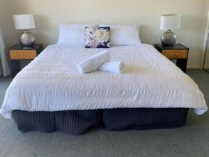 A bed or beds in a room at Condo 108 @ Horizons Resort & Golf, stunning course + lake Views