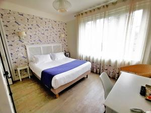 A bed or beds in a room at La Ramade