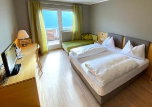 A bed or beds in a room at Hotel Eberle