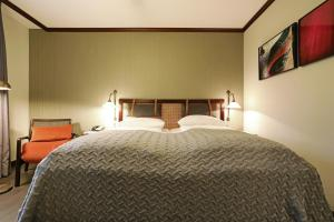A bed or beds in a room at Mercure Hotel Frankfurt Airport Langen