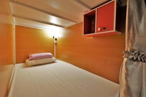 A bed or beds in a room at OYO 503 Phuket Numnoi