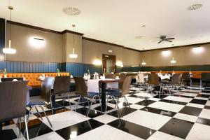 A restaurant or other place to eat at Mercure Hotel Frankfurt Airport Langen