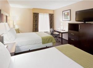 A bed or beds in a room at Holiday Inn Express Hotel & Suites Charleston-Southridge, an IHG Hotel