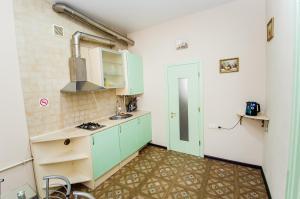 A kitchen or kitchenette at Apartment Ekaterinenskaya 14