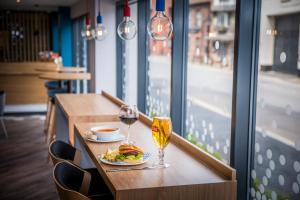 A restaurant or other place to eat at Holiday Inn Express - Exeter - City Centre