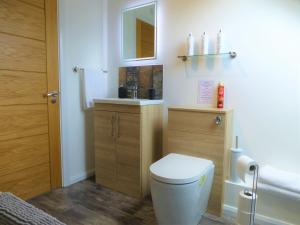 A bathroom at Gerycastell Luxury Holiday Apartment with Stunning Views & EV Station Point