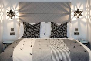 A bed or beds in a room at Blackbird Luxury Apartments Room 5