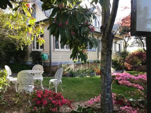 A garden outside Kurrara Historic Guest House