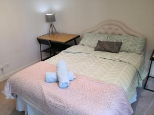 A bed or beds in a room at High-View Darling Harbour