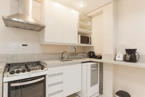 A kitchen or kitchenette at O melhor apartamento em frente ao Parcão
