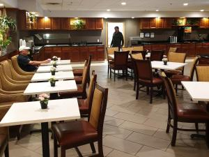 A restaurant or other place to eat at Hawthorn Suites by Wyndham - Kingsland, I-95 & Kings Bay Naval Base Area