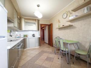 A kitchen or kitchenette at DearHome Kuzminskaya 11