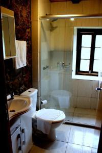 A bathroom at Pousada Casa Barp