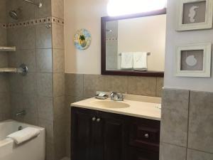A bathroom at Ocean Lodge Hotel & Apartments