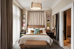 A bed or beds in a room at Kimpton - Fitzroy London