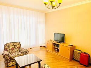 Uma área de estar em Promenade 2 BDR Apartment