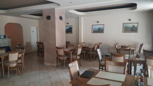 A restaurant or other place to eat at Family Hotel The Rocks